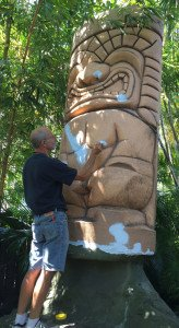 Artist Will Anders spruces up the Mara-Amu Tiki in The Mai-Kai's outdoor gardens. (Photo by Tiki Kiliki, September 2015)