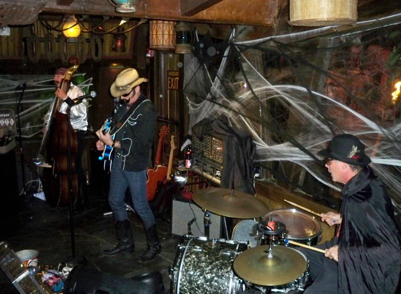 After a slight costume change, Slip and the Spinouts are back for their second set at The Molokai bar. (Atomic Grog photo)