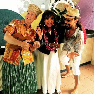 The Hukilau's longtime emcee, King Kukulele, and artist/performer Crazy Al Evans welcome Dawn Wells to the Three Hour Tour Cruise. (The Hukilau photo)