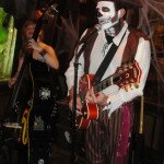 Kristi Lÿnx and pirate Slip Mahoney jam during a Spinouts set. (Atomic Grog photo)