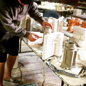 John Mulder from Eekum Bookum works on the exclusive Tower Barrel Mugs for South Seas passholders at The Hukilau 2016. (The Hukilau photo)
