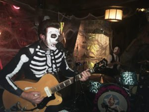 Slip Mahoney and Spinouts drummer Dominick Daniels keep the party hopping at Hulaween 2017. (Atomic Grog photo)
