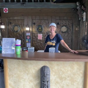 Kulani Thornton Gelardi serves appreciative guests at a special event at The Mai-Kai on Sept. 18 during The Hukilau. She later assured the crowd that the restaurant will reopen soon. (Photo by Hurricane Hayward)